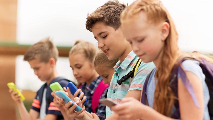 Роспотребнадзор запретил школам использовать мобильные телефоны для обучения